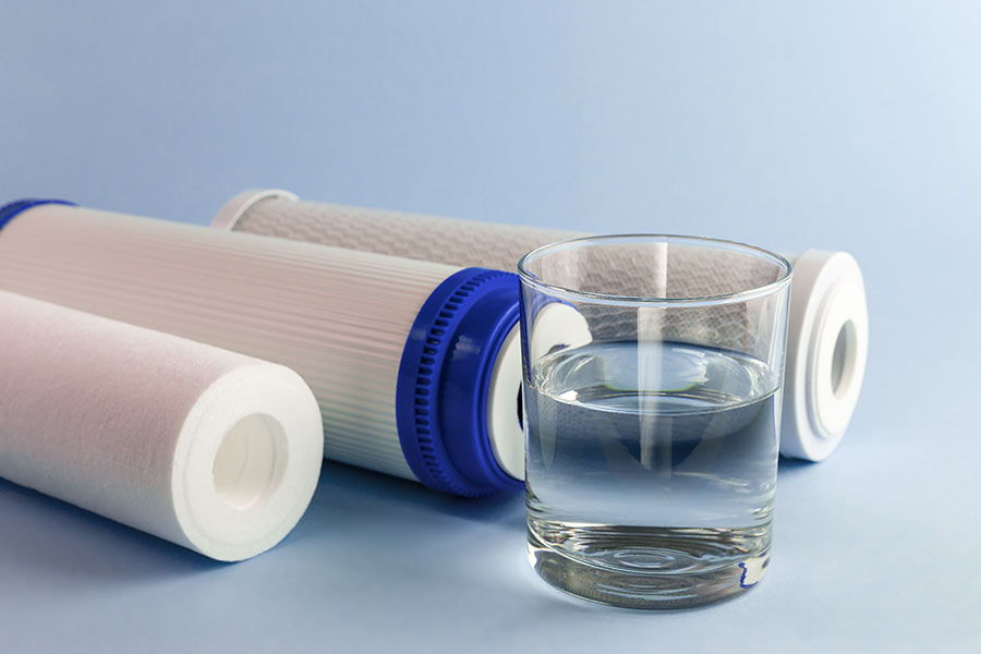 Water filter, with water in glass